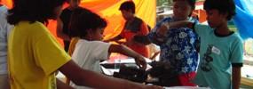 Anak-anak Sudimoro sedang mempraktekkan teknik membatik