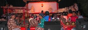 Tengah : Wayang Kulit (Kelompok seniman Tradisional Kali Dadap)